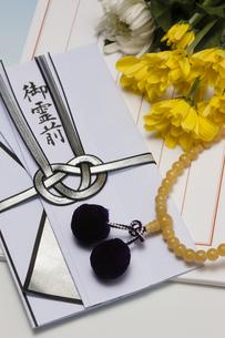 数珠と香典の写真素材 [FYI04589096]