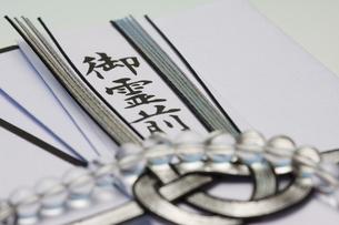 数珠と香典の写真素材 [FYI04589098]