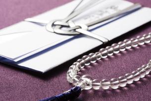 数珠と香典の写真素材 [FYI04589104]