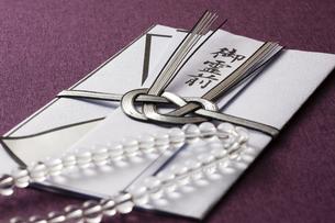 数珠と香典の写真素材 [FYI04589105]