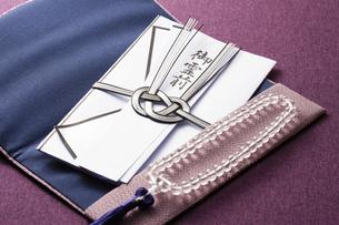 数珠と香典の写真素材 [FYI04589106]