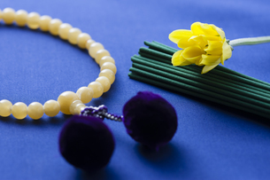 お線香と数珠の写真素材 [FYI04589108]