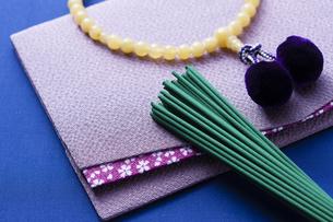 お線香と数珠の写真素材 [FYI04589111]