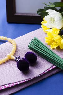 お線香と数珠の写真素材 [FYI04589112]