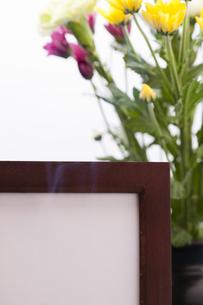 菊の花と遺影の写真素材 [FYI04589117]