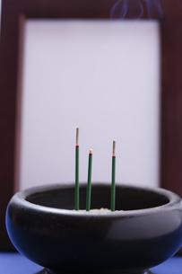 お線香と遺影の写真素材 [FYI04589120]