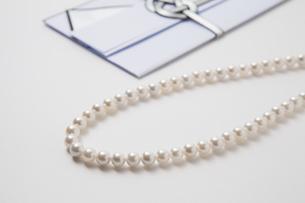 香典と真珠のネックレスの写真素材 [FYI04589128]