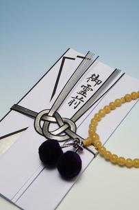 香典と数珠の写真素材 [FYI04589145]