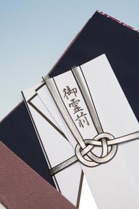 袱紗に入った香典の写真素材 [FYI04589148]