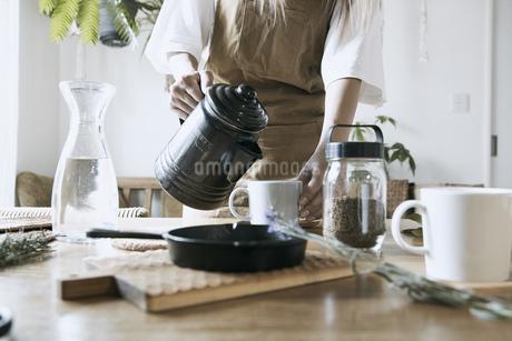 おうちカフェを楽しむ女性の写真素材 [FYI04589269]