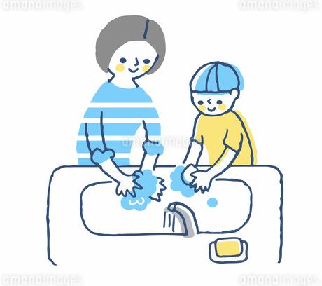 石鹸で手を洗うお母さんと男の子のイラスト素材 [FYI04589377]