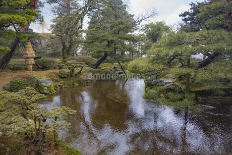 石川県金沢市 雨上がりの兼六園の写真素材 [FYI04589417]