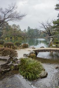 石川県金沢市 雨上がりの兼六園の写真素材 [FYI04589419]