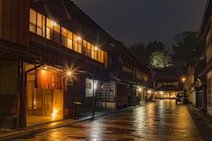 石川県 金沢市 雨上がりの東茶屋街の写真素材 [FYI04589493]