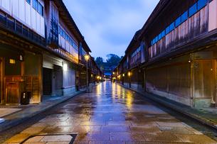 石川県 金沢市 雨上がりの東茶屋街の写真素材 [FYI04589506]