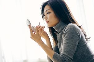 メイクをする30代日本人女性の写真素材 [FYI04589629]