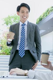 打ち合わせをするビジネス男女の写真素材 [FYI04589686]