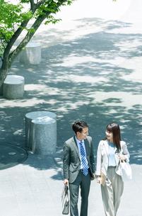 歩くビジネス男女の写真素材 [FYI04589715]