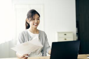 ノートパソコンを見る30代ビジネスウーマンの写真素材 [FYI04589907]