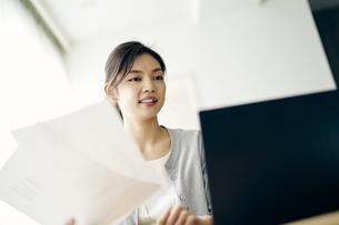 ノートパソコンを見る30代ビジネスウーマンの写真素材 [FYI04589909]
