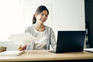ノートパソコンを見る30代ビジネスウーマンの写真素材 [FYI04589911]