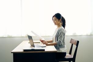 ノートパソコンを見る30代ビジネスウーマンの写真素材 [FYI04589912]