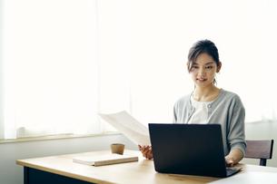 ノートパソコンを見る30代ビジネスウーマンの写真素材 [FYI04589914]