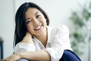 笑顔の30代日本人女性の写真素材 [FYI04589940]