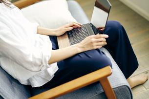ノートパソコンを操作する女性の写真素材 [FYI04589943]