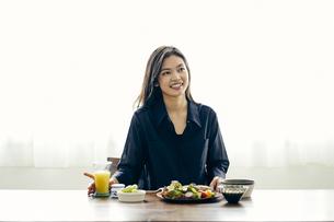 食事をする30代日本人女性の写真素材 [FYI04589946]