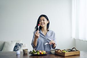 食事をする30代日本人女性の写真素材 [FYI04589950]