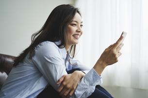 スマートフォンを見る30代日本人女性の写真素材 [FYI04589961]