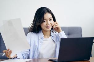 テレワークをする30代日本人女性の写真素材 [FYI04589964]