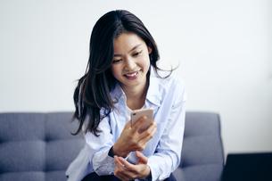 スマートフォンを見る30代日本人女性の写真素材 [FYI04589968]