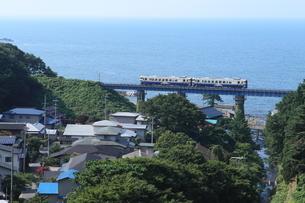 小入川鉄橋を渡る五能線の列車の写真素材 [FYI04589982]