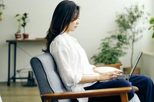ノートパソコンを見る30代日本人女性の写真素材 [FYI04589987]