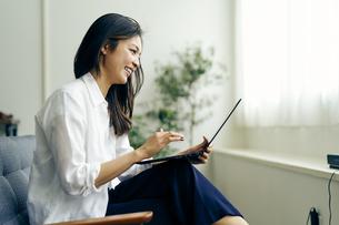 ノートパソコンを見る30代日本人女性の写真素材 [FYI04589990]