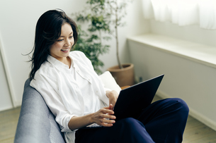 ノートパソコンを見る30代日本人女性の写真素材 [FYI04589993]
