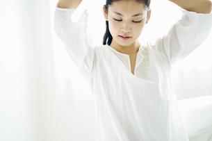 髪を結う30代日本人女性の写真素材 [FYI04590022]