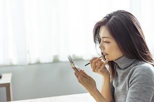 メイクをする30代日本人女性の写真素材 [FYI04590030]