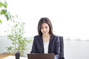 デスクワークをする30代ビジネスウーマンの写真素材 [FYI04590033]