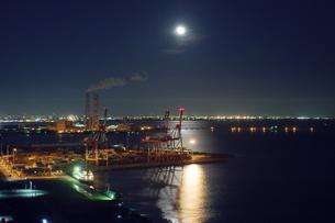 月に照らされる四日市港コンテナターミナルの写真素材 [FYI04590044]