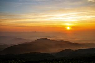 月山八合目からの夕日の写真素材 [FYI04590056]