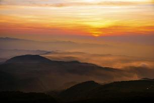 月山八合目から望む山並みと夕焼けの空の写真素材 [FYI04590057]