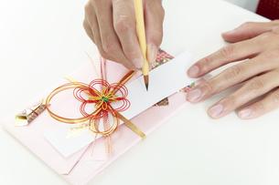 熨斗袋、祝儀袋に筆で記名するイメージの写真素材 [FYI04590118]