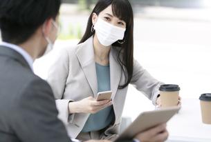 マスクをして打ち合わせをするビジネス男女の写真素材 [FYI04590132]