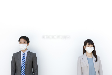 マスクをしたビジネス男女の写真素材 [FYI04590171]