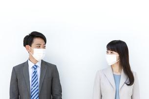 マスクをしたビジネス男女の写真素材 [FYI04590174]