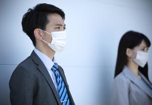 マスクをしたビジネス男女の写真素材 [FYI04590177]