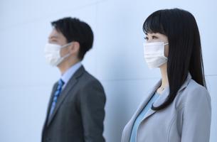 マスクをしたビジネス男女の写真素材 [FYI04590183]